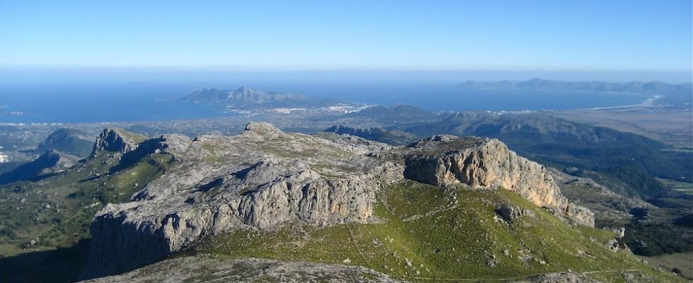 Blick vom Tomir über den Puig des Ca auf die Bahia Alcudia